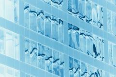 Janelas modernas distorcidas geométricas das construções Fotografia de Stock