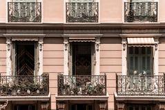 Janelas novas do pvc em casas renovadas velhas Projeto e construção fotografia de stock royalty free