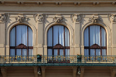 Janelas ornamentado bonitas da casa municipal em Praga, representante checo fotos de stock