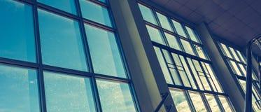 janelas quadradas do escritório para ver o céu azul Fotos de Stock Royalty Free