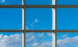 janelas quadradas do escritório para ver o céu azul Fotos de Stock
