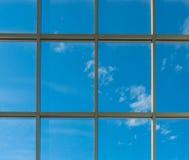 janelas quadradas do escritório para ver o céu azul Foto de Stock