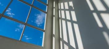 janelas quadradas do escritório para ver o céu azul Imagens de Stock