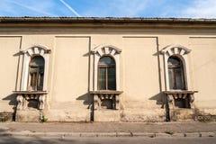 Janelas quebradas da casa abandonada velha de uma opinião de 17 séculos da rua foto de stock