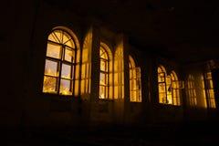 Janelas quebradas da mansão abandonada arruinada velha na noite imagens de stock royalty free