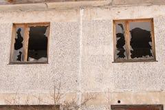 Janelas quebradas em uma casa abandonada Vidro quebrado foto de stock