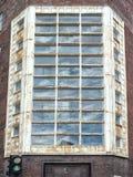 Janelas quebradas em uma construção abandonada Imagem de Stock