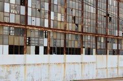 Janelas quebradas em uma fábrica abandonada Imagens de Stock