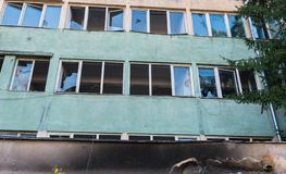 Janelas quebradas na fábrica abandonada em Romênia imagem de stock royalty free