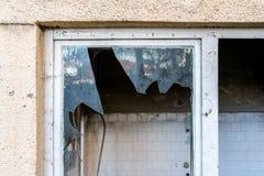 Janelas quebradas na fábrica abandonada em Romênia fotos de stock royalty free