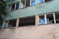 Janelas quebradas na fábrica abandonada em Romênia imagens de stock