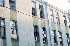 Janelas quebradas na fábrica, construção abandonada Fotos de Stock Royalty Free