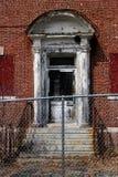 Janelas quebradas velhas na construção abandonada do asilo do tijolo fotos de stock