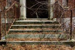 Janelas quebradas velhas na construção abandonada do asilo do tijolo foto de stock