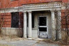 Janelas quebradas velhas na construção abandonada do asilo do tijolo imagens de stock