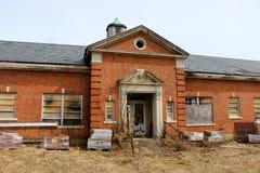 Janelas quebradas velhas na construção abandonada do asilo do tijolo imagem de stock
