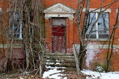 Janelas quebradas velhas na construção abandonada do asilo do tijolo imagens de stock royalty free