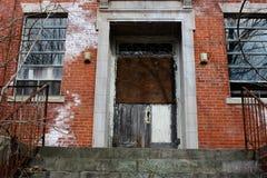 Janelas quebradas velhas na construção abandonada do asilo do tijolo fotos de stock royalty free
