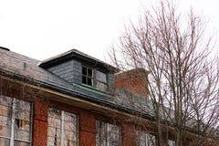 Janelas quebradas velhas na construção abandonada do asilo do tijolo imagem de stock royalty free