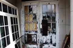 Janelas quebradas velhas na construção abandonada do asilo do tijolo fotografia de stock