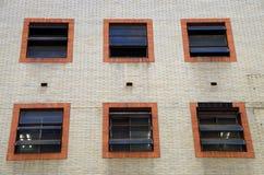Janelas urbanas da construção industrial Fotografia de Stock Royalty Free