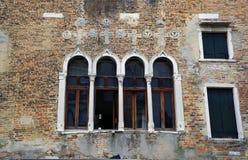 Janelas velhas de Veneza, Itália Fotos de Stock