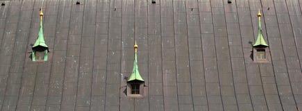 Janelas velhas do dormitório no telhado do metal de uma igreja Imagens de Stock Royalty Free