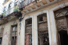 Janelas velhas e portas de madeira na rua de Havana, Cuba Fotos de Stock