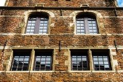 Janelas velhas mas renovadas na parte histórica de Bruxelas Imagens de Stock Royalty Free