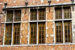 Janelas velhas mas renovadas na parte histórica de Bruxelas Fotografia de Stock Royalty Free