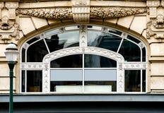Janelas velhas mas renovadas na parte histórica de Bruxelas Fotografia de Stock