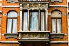 Janelas velhas mas renovadas na parte histórica de Bruxelas Fotos de Stock Royalty Free