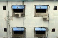 Janelas velhas na construção de Banguecoque, Tailândia Imagens de Stock Royalty Free