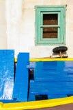 Janelas verdes e barco azul Fotografia de Stock