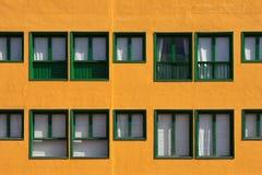 Janelas verdes, fachada alaranjada Fotografia de Stock