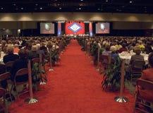Janet McCain Huckabee habla en el podio durante un alumerzo que honra a las primeras señoras del estado delante de la bandera nov Foto de archivo libre de regalías