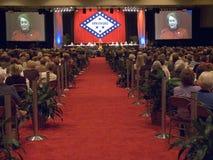 Janet McCain Huckabee habla en el podio durante un alumerzo que honra a las primeras señoras del estado delante de la bandera nov Fotografía de archivo