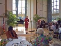Janet McCain Huckabee och annan Arkansas första damtoalett av tillståndscapitalen av Arkansas talar på luncheonen Arkivbilder