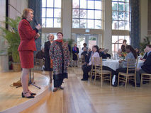 Janet McCain Huckabee och annan Arkansas första damtoalett av tillståndscapitalen av Arkansas talar på luncheonen royaltyfri foto