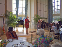 Janet McCain Huckabee und andere Arkansas-erste Damen von der Landeshauptstadt von Arkansas sprechen am Mittagessen Stockbilder