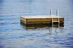 Jangada da natação da casa de campo foto de stock