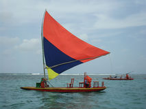 Jangada da navigação no mar calmo foto de stock