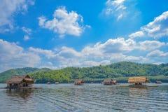 Jangada de bambu, casas da jangada da beira do lago, Kanchanaburi, Tailândia Fotografia de Stock Royalty Free