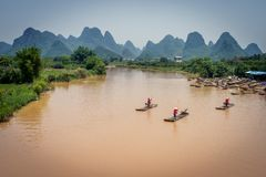 Jangada de bambu em montanhas do rio e do cársico fotografia de stock