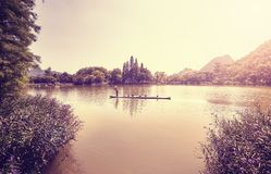 Jangada de bambu em um lago em Guilin no por do sol, China Fotografia de Stock Royalty Free
