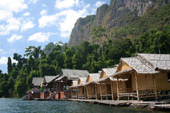 Jangada de bambu na barragem Imagens de Stock