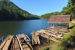 Jangada de bambu no lago do reservatório de Ung da pungência Pungência Ung fotografia de stock royalty free