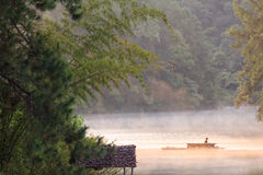Jangada de bambu no lago pungência-oung, Tailândia Imagens de Stock