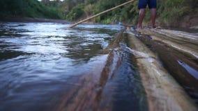 Jangada de bambu que corre através do rio do pai em Maehongson, Tailândia video estoque