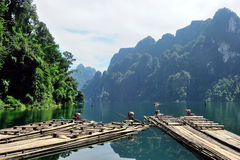 Jangada de bambu tradicionais no lago na represa de Ratchaprapa, sok de Khao Imagem de Stock